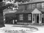 Perkūno al. 4. Hans ir Alma Moraht prie namo. Nuotrauka iš privačios kolekcijos, 1929 m.